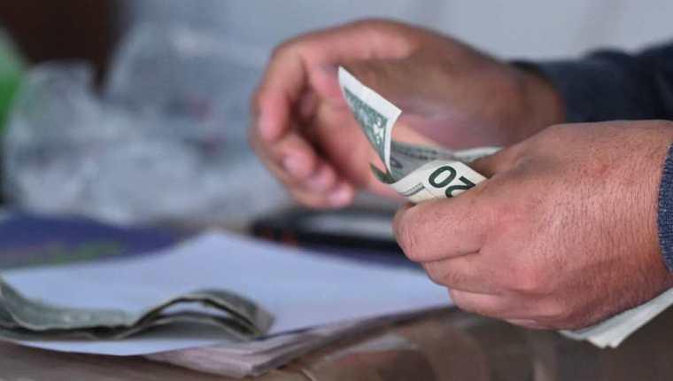 El gobierno salvadoreño ofrece incentivo a las personas que comiencen a utilizar el bitcóin. (Foto Prensa Libre: AFP)