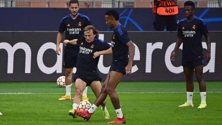 El mediocampista croata del Real Madrid, Luka Modric (C) entrena en el estadio San Siro en Milán antes de enfrentar al Inter en la Champions League. Foto Prensa Libre: AFP.
