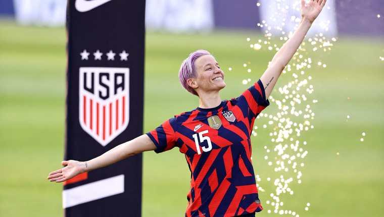 La Federación de Futbol de Estados Unidos (US Soccer), entregó a los sindicatos de hombres y mujeres una propuesta para que ambas selecciones se rijan bajo un mismo sistema de negociación colectiva. En la foto aparece la jugadora nacional Megan Rapinoe quien junto con otras jugadoras han liderado esta lucha por la igualdad salarial. Foto Prensa Libre: AFP.