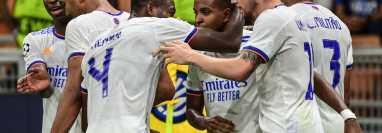 El delantero brasileño Rodrygo festeja con sus compañeros el tanto del triunfo de Real Madrid frente al Inter. (Foto Prensa Libre: AFP).