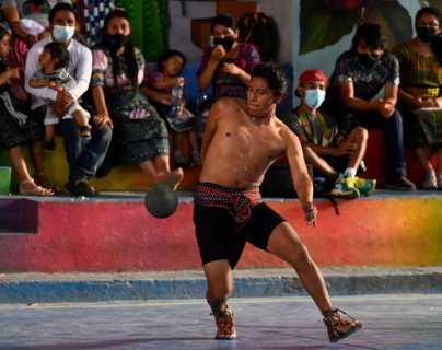 """""""Estamos dándole vida a nuestra cultura"""": guatemaltecos pelean boleto para torneo de pelota maya en México"""