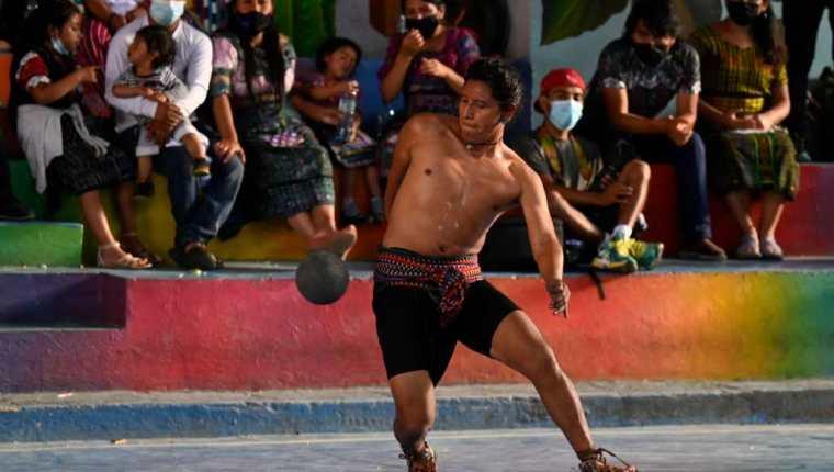 Grupo de juego de pelota maya, en San Juan La Laguna, Sololá. (Foto Prensa Libre: AFP)