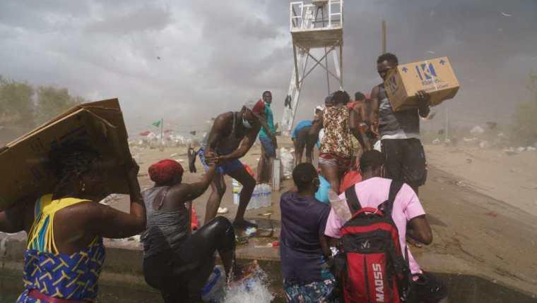 (Haitianos esperan ingresar a EE. UU. después de miles de kilómetros de travesía. (Foto Prensa Libre: AFP)