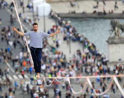 La increíble hazaña de Nathan Paulin, quien cruzó en cuerda floja desde la Torre Eiffel hasta el teatro Chaillot a lo largo del Siena