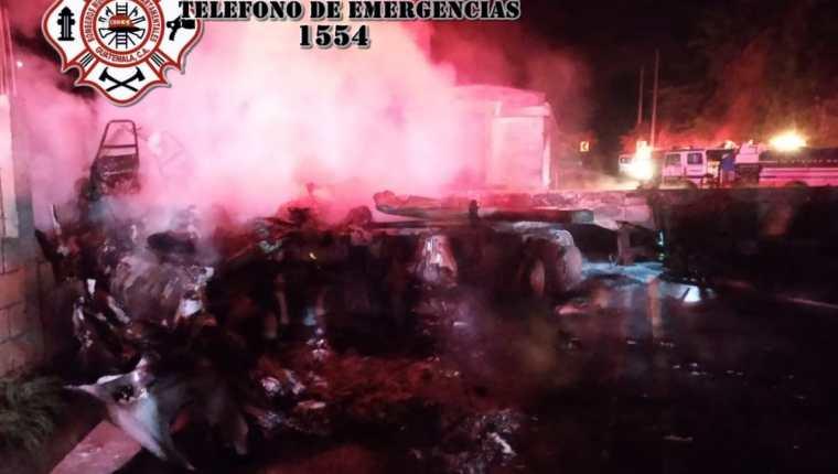Socorristas tuvieron que utilizar equipo hidráulico para rescatar a las víctimas de un accidente en el km 46 de la ruta al Atlántico. (Foto Prensa Libre: CBMD)