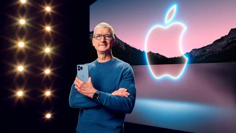 Tim Cook, CEO de Apple, muestra el iPhone 13 y Apple Watch Series 7 durante el evento especial. (Foto Prensa Libre: Apple)