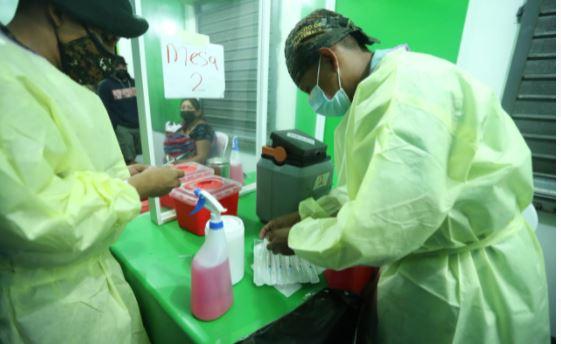 El gobierno impulsa brigadas de vacunación para contener el avance del covid-19. (Foto Prensa Libre: María José Bonilla)