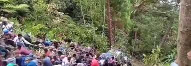 Pobladores de la aldea Tzoj Zunil, Santa Eulalia, Huehuetenango, extraen un picop que cayó en un barranco. (Foto Prensa Libre: Captura de Pantalla)