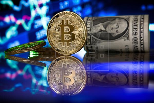 El 77.5 por ciento de los salvadoreños no está a favor de la implementación de bitcoin como moneda legal. (Foto Prensa Libre: EFE)