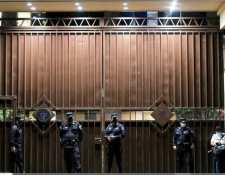 Policías salvadoreños montan guardia frente a la Corte Suprema de Justicia en San Salvador, el 2 de mayo de 2021. (Foto Prensa Libre: AFP)