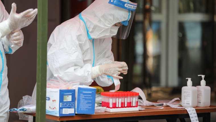 Un grupo de científicos estudió residuos en una cueva de murciélagos en China, en busca del origen del coronavirus. (Foto Prensa Libre: AFP)