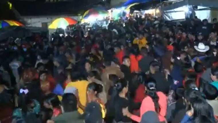 Baile en pleno toque de queda en la aldea Parraxtut, Sacapulas. (Foto Prensa Libre: Captura de pantalla video de Facebook)