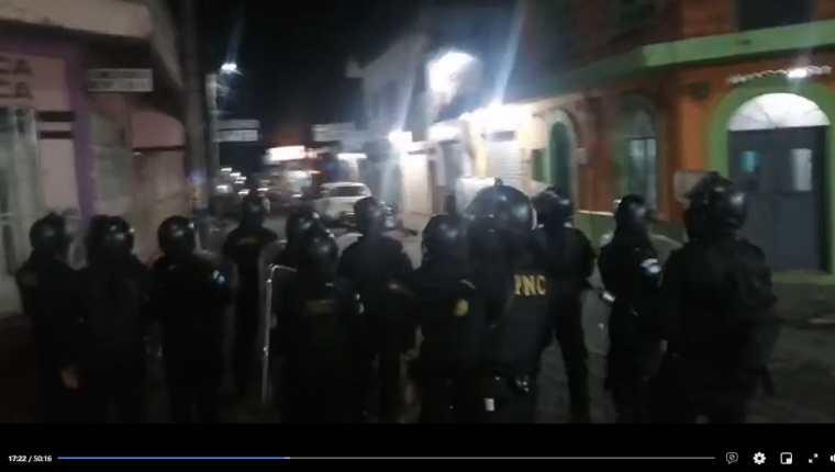 Vecinos de Cuyotenango, Suchitepéquez, se enfrentan a agentes de la PNC. (Foto Prensa Libre: Captura de pantalla del Facebook de Temerario Morales)