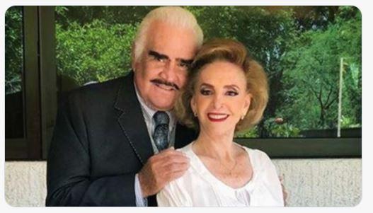 Vicente Fernández junto a su esposa, Cuquita Abarca. (Foto Prensa Libre: Tomada de @nvinoticiasoax)