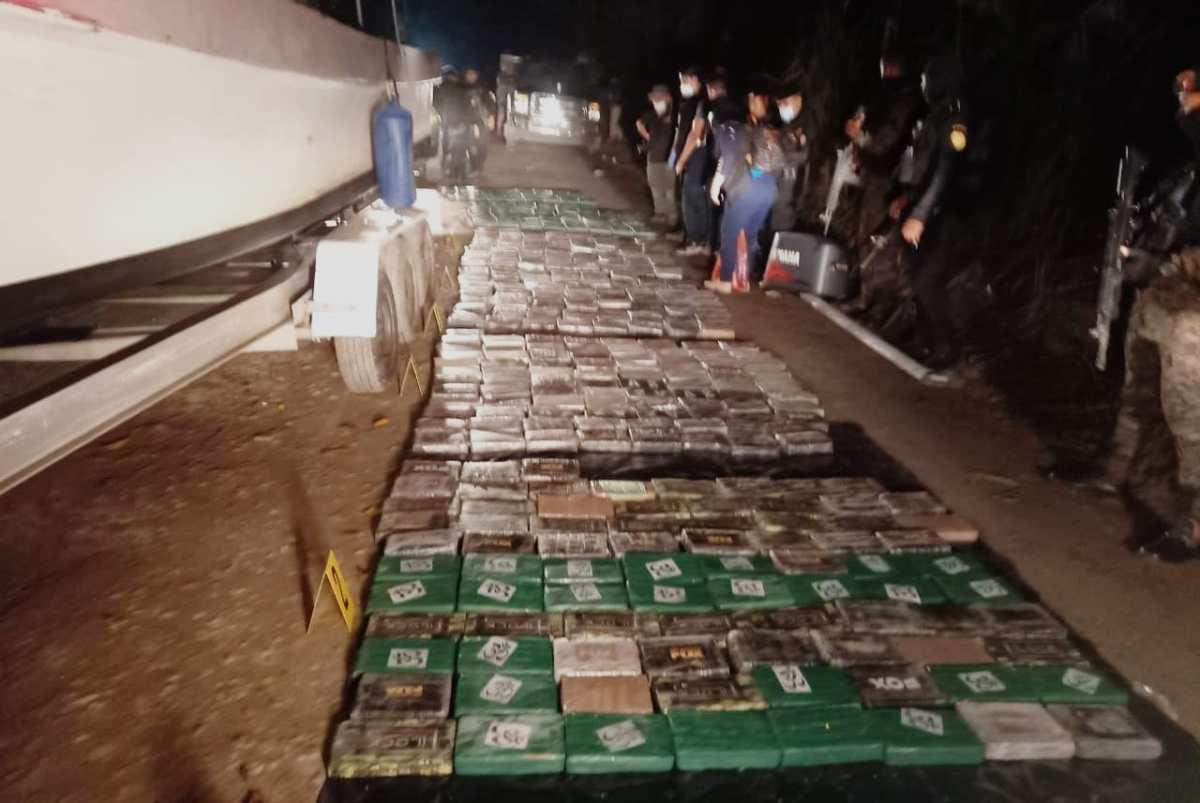 Decomisan en Izabal 515 paquetes de cocaína escondidos en una lancha que era remolcada