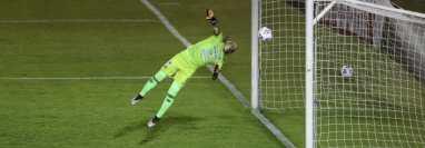 Adrián De Lemos no pudo evitar el autogol del empate para Alajuelense. (Foto Prensa Libre: Érick Ávila)