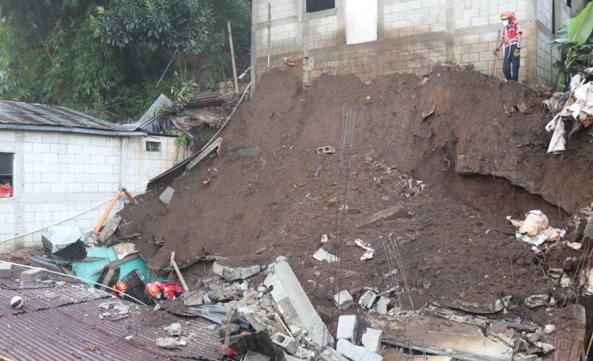 Rescatan a personas soterradas en deslave que afectó vivienda en Villa Nueva