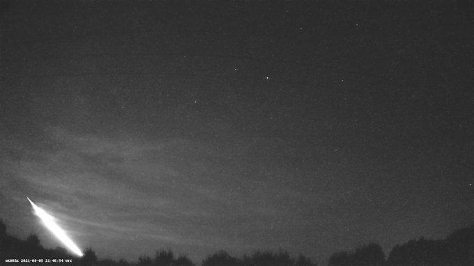 """""""Hacía temblar las ventanas"""": meteorito ilumina los cielos de Francia e Inglaterra y es captado en video"""