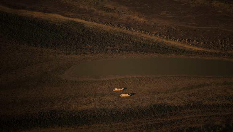 El mes pasado, cuando el río Paraná  retrocedió, dos viejos buques de cemento quedaron al descubierto (Sebastian López/The New York Times)