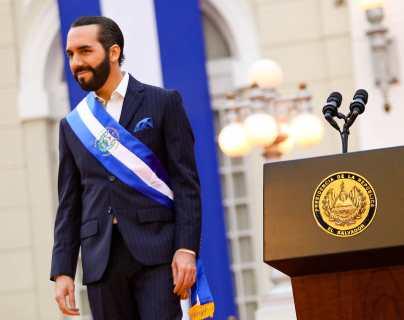Bukele recibe polémico proyecto para reformar la Constitución de El Salvador