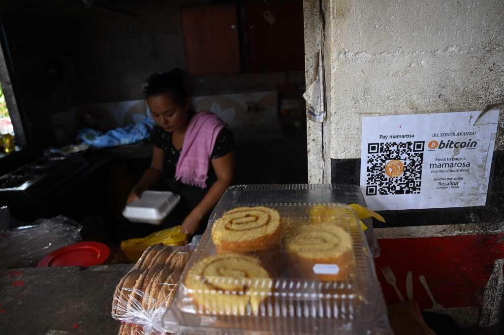 Un negocio muestra el rótulo de que se aceptan bitcoines como método de pago. Foto: AFP