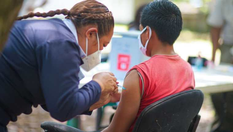 El 55.8% de la población objetivo ha sido vacunada contra el coronavirus en El Salvador. (Foto Prensa Libre: Ministerio de Salud El Salvador)