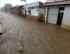 La calle de El Calvario, en la zona 1 de El Tejar, Chimaltenango, es una de las más afectadas por la lluvia. (Foto Prensa Libre: César Pérez Marroquín)