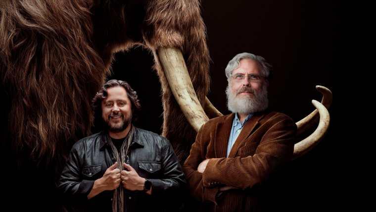 Fotografía cedida por la empresa Colossal donde aparecen sus cofundadores, los empresarios y científicos Ben Lamm y George Church, mientras posan frente a la imagen de un mamut.  (Foto Prensa Libre: EFE)