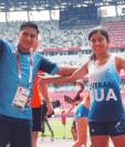 Ericka Esteban (D) junto con su entrenador Marvin Tumax (I) durante los Juegos Paralímpicos de Tokio 2020. La paratleta quetzalteca compitió en la prueba de 400 metros T38. Foto Prensa Libre: Cortesía Marvin Tumax.