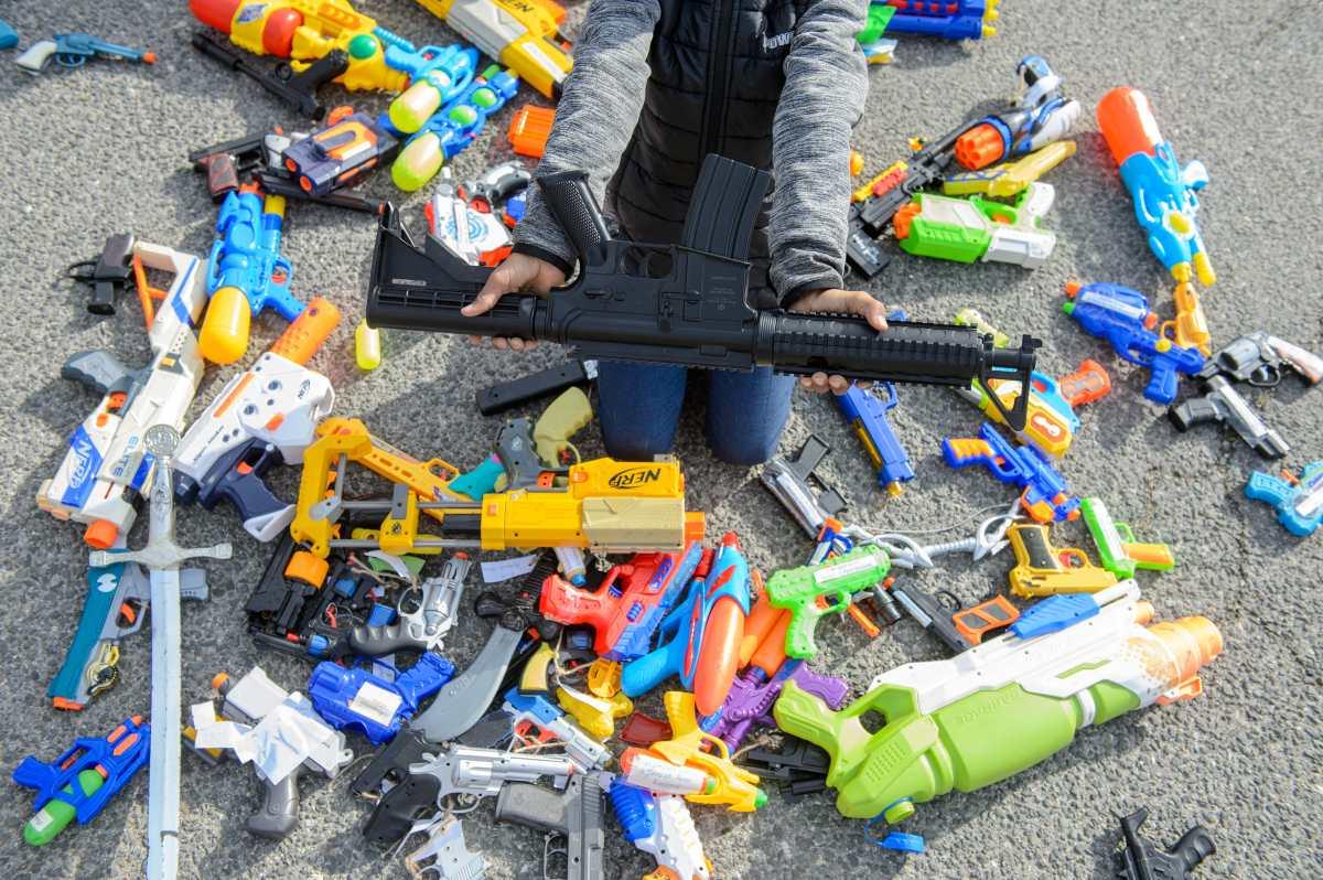 ¿Es peligroso que los niños jueguen a disparar armas?