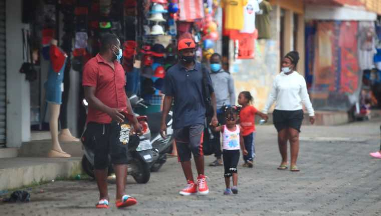 Decenas de haitianos cruzan la frontera guatemalteca en busca de avanzar hacia EE. UU. y pedir asilo. (Foto Prensa Libre: Carlos H. Ovalle)