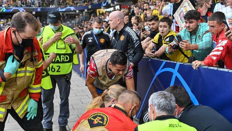 Cristiano Ronaldo se acerca al policía que recibió un fuerte pelotazo para asegurarse que esté bien. (Foto Prensa Libre: AFP)