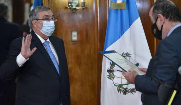 Alejandro Giammattei juramenta a Francisco Coma como titular del Ministerio de Salud. (Foto Prensa Libre: Esbin García)
