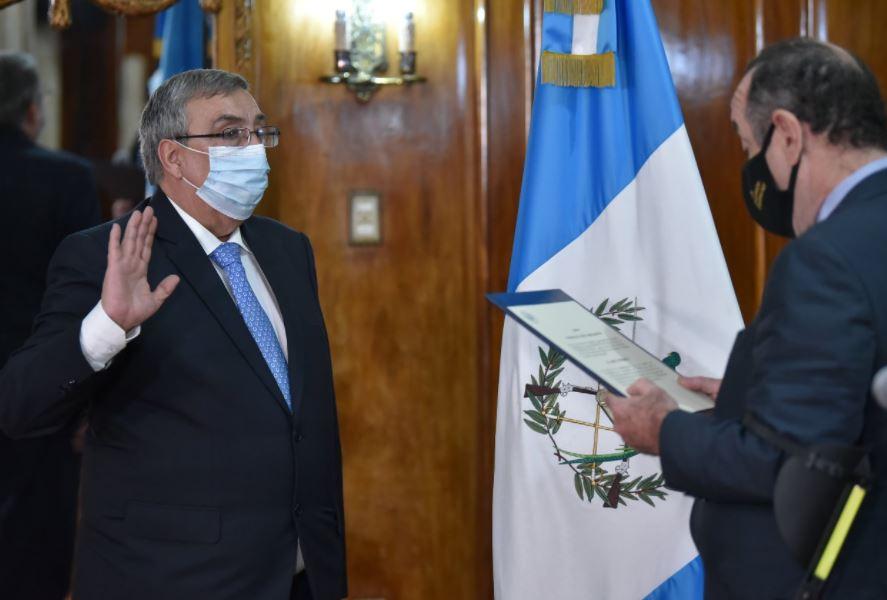 Francisco Coma es juramentado por Giammattei como ministro de Salud Pública