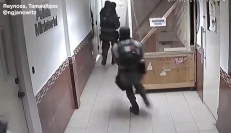 Momento en el que grupo armado libera a un líder del Cártel del Golfo. (Foto Prensa Libre: Tomada del video de VICE News)