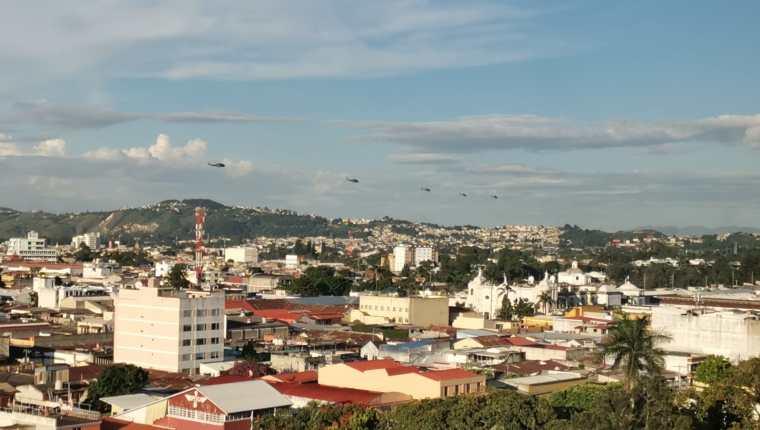 Cinco helicópteros militares sobrevolaron varios sectores de la Ciudad de Guatemala este lunes 13 de septiembre. (Foto Prensa Libre: César Pérez Marroquín)