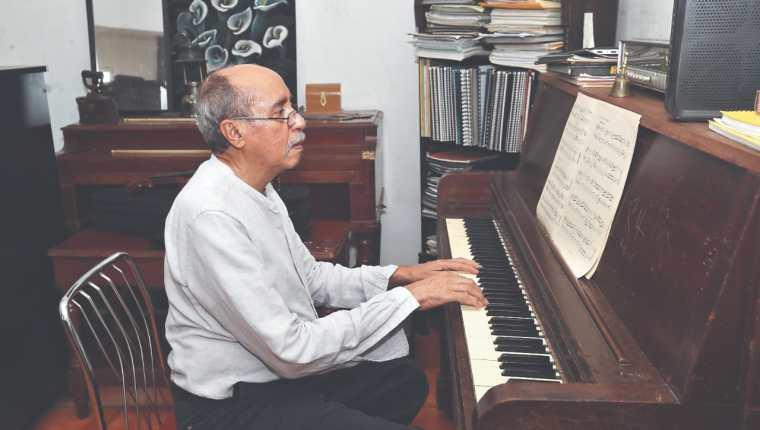 Igor de Gandarias, compositor  e investigador guatemalteco de música académica,  está en plena creación de pieza audiovisual sobre  200 años de independencia. (Foto Prensa Libre, Erick Ávila)