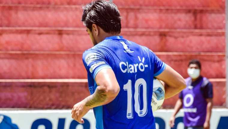 El jugador de Santa Lucía, Jonathan Velásquez lleva el balón bajo el brazo tras anotar el único gol delduelo ante Antigua GFC. (Foto Prensa Libre: FC Santa Lucía Facebook)