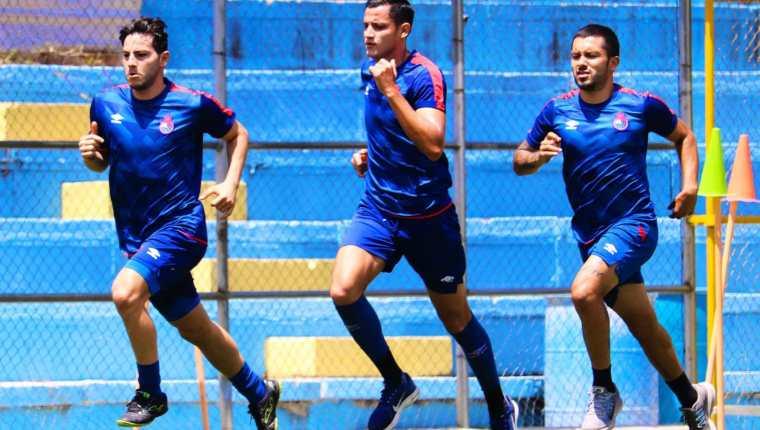 José Carlos Martínez (al centro) hace trabajo diferenciado por ahora en su club, Municipal. Foto @Rojos_Municipal