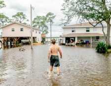 Un hombre camina entre las aguas del huracán Sally en Orange Beach, Alabama, el 17 de septiembre de 2020. (Emily Kask/The New York Times)