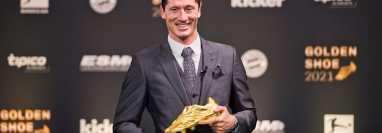 EL jugador polaco del Bayern de Múnich recibió la Bota de Oro de la temporada 2020-2021. Foto @lewy_oficial