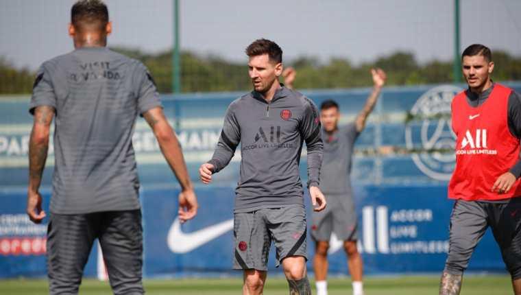 Leo Messi durante la práctica de este lunes con el París Saint-Germain, antes de afrontar la Champions League. (Foto Prensa Libre: Twitter PSG)