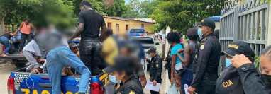 Agentes de la PNC trasladan a 75 migrantes caribeños interceptados en Zacapa. (Foto Prensa Libre: PNC)