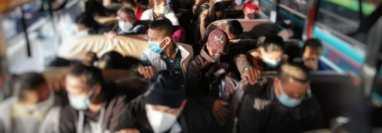 Pilotos de buses fueron multados en la ruta a El Salvador por no respetar el aforo en las unidades. (Foto Prensa Libre: DGT)