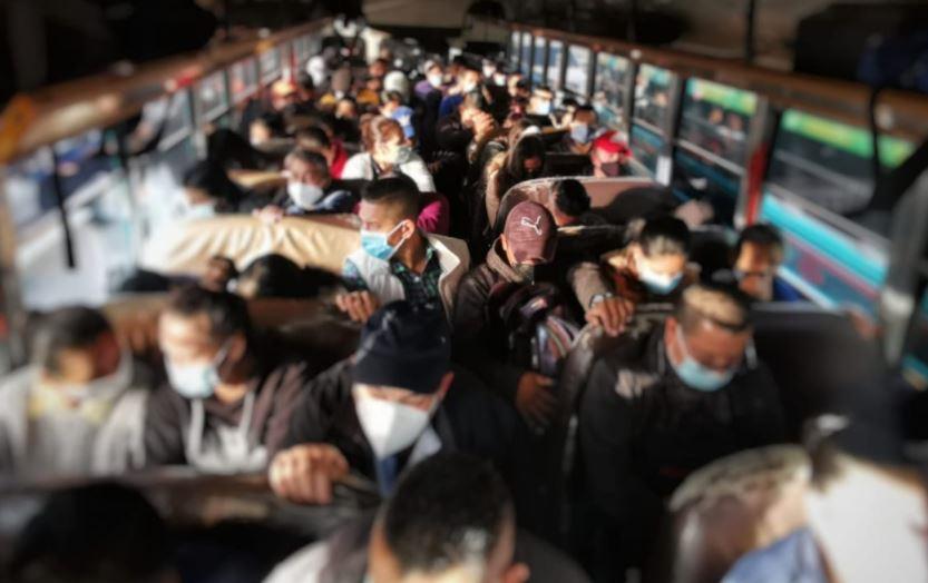 Sancionan a pilotos de buses extraurbanos por sobrecargar unidades y les imponen multa de Q3 mil