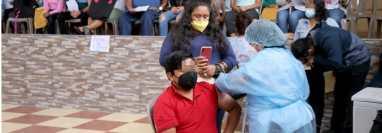 Personal de Salud vacuna a menores de 12 a 17 años en Huehuetenango. (Foto Prensa Libre: Mike Castillo)