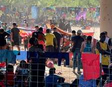 Cientos de indocumentados permanecían en el campamento de migrantes debajo del Puente Internacional en Del Río, Texas. (Foto Prensa Libre: EFE)