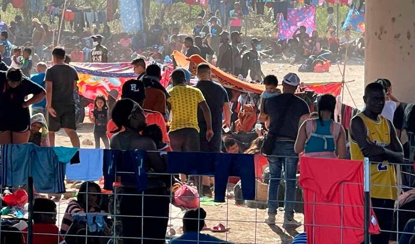 EE. UU. aumentará vuelos de deportación para migrantes varados en Texas