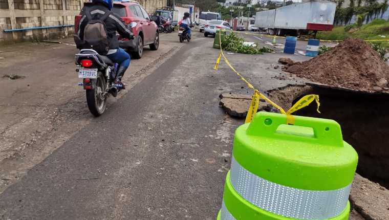 El paso en la 27 avenida y 11 calle de la zona 4 de Mixco es afectado por un hundimiento. (Foto Prensa Libre: Muni Mixco)