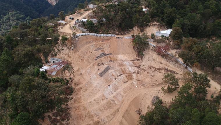 Pobladores de la comunidad El Pato en Chiquimula, denuncian desde el 2003 su inconformidad ante la explotación de minerales como jade, oro y plata. La licencia para intervenir en el lugar era para la construcción de una bodega, sin embargo, se hizo una mina a cielo abierto. (Foto Prensa Libre: Carlos Hernández)